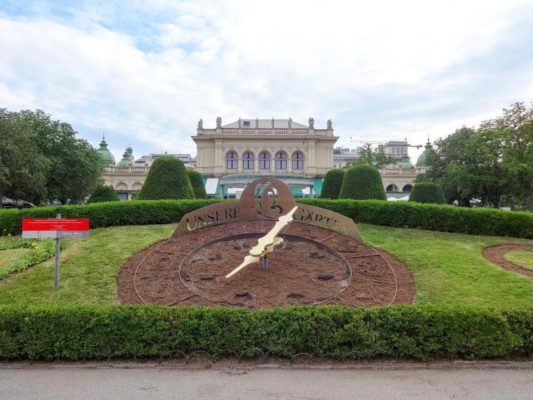 (絢爛たるクーアサロンが立つ)市立公園 The Stadtpark
