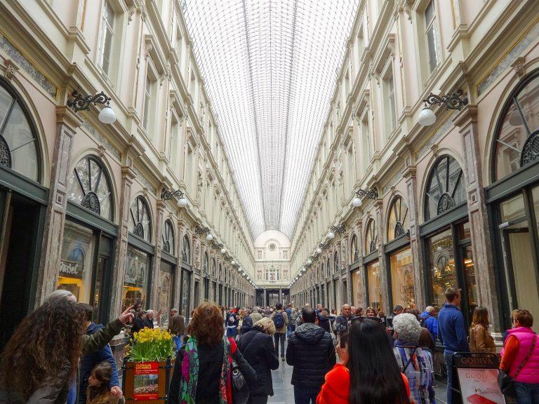 (眩い店舗が並ぶ歩廊)ギャルリー・サン・チュベール The Galeries Royales Saint-Hubert