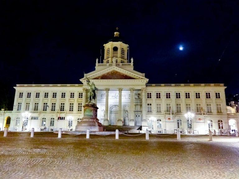 (ゴドフロワ・ド・ブイヨンの騎馬像が立つ)ロワイヤル広場 The Place Royale