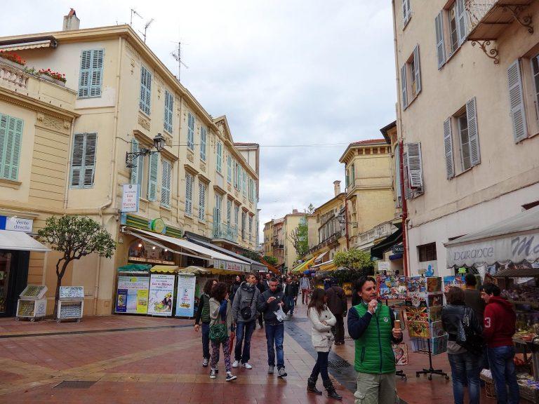(にぎやかな商店街)聖ミカエル通り Rue Saint-Michel