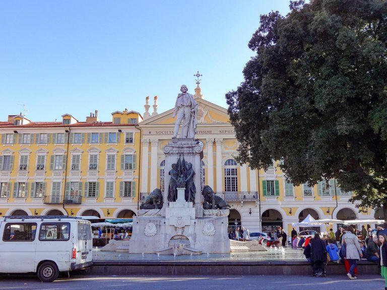 (英雄ジュゼッペ・ガリバルディを称える)ガリバルディ広場 The Piazza Garibaldi