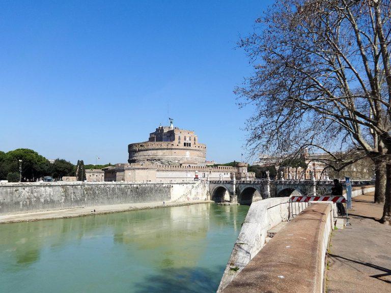 (大天使ミカエルが守護する)サンタンジェロ城 Castel Sant'Angelo