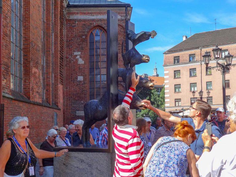 (姉妹都市ブレーメンから贈られた)ブレーメンの音楽隊の像 The Sculpture of the Town Musicians of Bremen