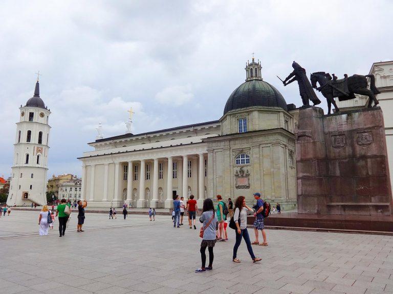 (ゲディミナス大公の像が立つ)大聖堂広場 The Cathedral Square