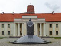 (ミンダウカス王の像が立つ)リトアニア国立博物館 The National Museum of Lithuania