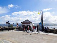 (メナイ海峡の美しい青い海に突き出た)ボーマリス桟橋 Beaumaris Pier