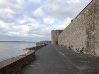 (よく保存された中世の市壁)カーナーヴォン市壁 Caernarfon Town Walls
