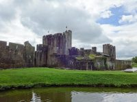 (湖に浮かぶ雄大な城)ケルフィリー城 Caerphilly Castle