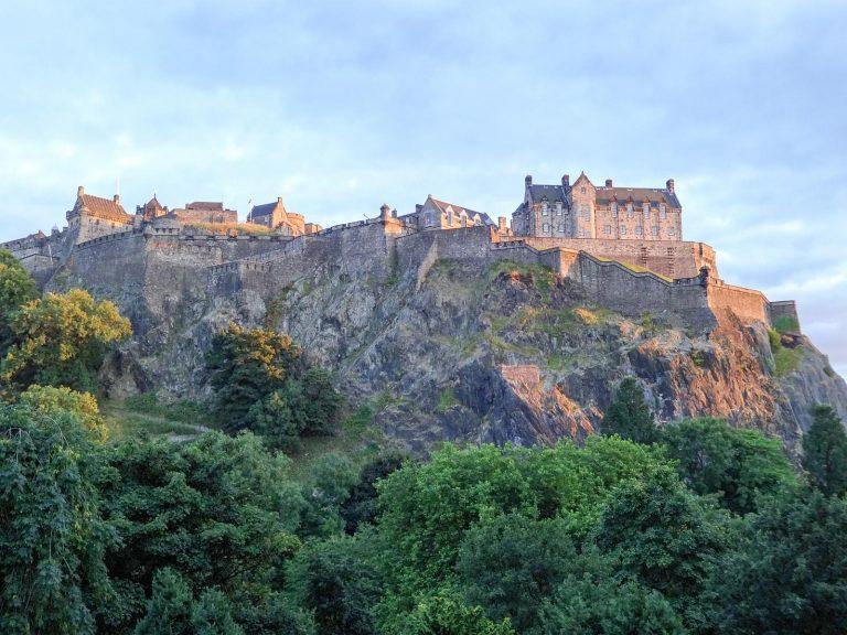 (キャッスルロックにそびえ立つ)エディンバラ城 Edinburgh Castle