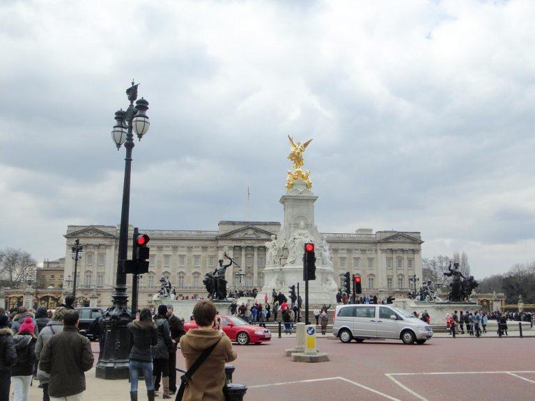 (金色と純白の)ヴィクトリア記念碑 The Victoria Memorial
