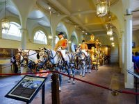 (イギリス王室の公式馬車が並ぶ)ロイヤル・ミューズ The Royal Mews