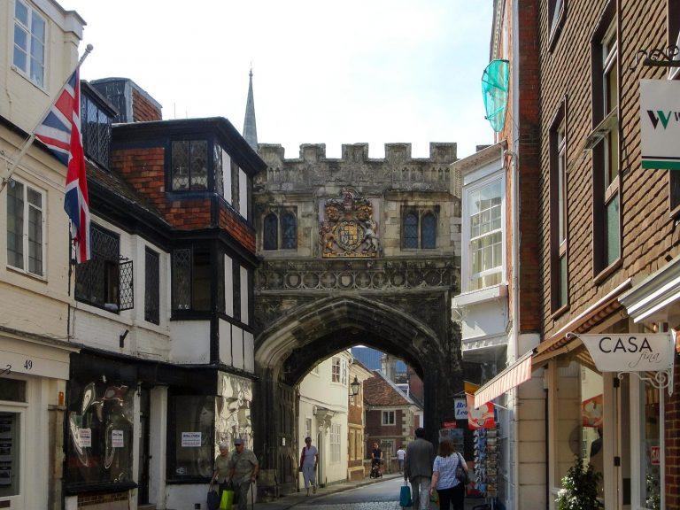 (ソールズベリー大聖堂境内の門)ハイストリート・ゲート High Street Gate