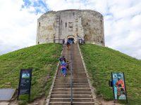(ノルマン様式のクリフォード・タワーを中心とする城)ヨーク城 York Castle